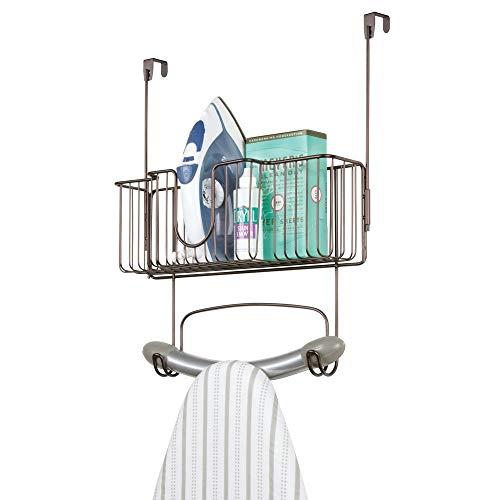 mDesign Bügelbretthalterung ohne Bohren – Bügelbrett Aufbewahrung mit großem Korb zum Verstauen von Bügeleisen und Waschmittel geeignet – praktische Türaufhängung aus Edelstahl – bronzefarben