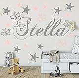 Wandschnörkel WANDTATTOO Wandaufkleber AA503 mit Namen Kinderzimmer in GRAU Kindernamen+ 20 teiligen Set Schmetterlinge und Sterne in Grau und Pastellrosa Mix Set Mädchen