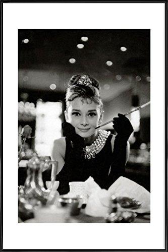 """JUNIQE® Audrey Hepburn Schwarz & Weiß Poster im Kunststoffrahmen 20x30cm - Design """"Audrey Hepburn in Breakfast at Tiffany's, 1961"""" entworfen von Vintage Photography Archive"""