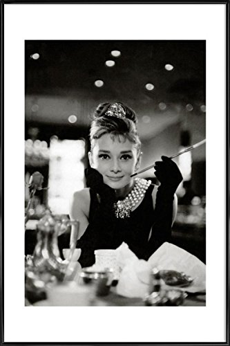 "JUNIQE® Audrey Hepburn Schwarz & Weiß Poster im Kunststoffrahmen 20x30cm - Design ""Audrey Hepburn in Breakfast at Tiffany's, 1961"" entworfen von Vintage Photography Archive"
