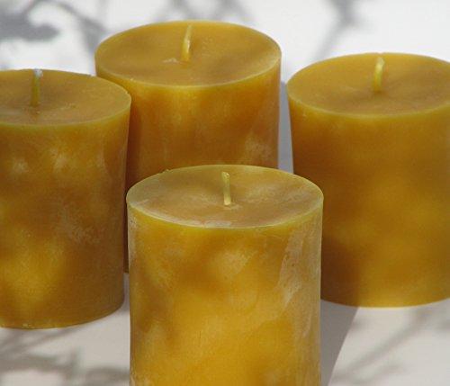 Figura Santa Angebot: 4 mittlere Stumpenkerzen Höhe 7,5 cm, Durchmesser 6,5 cm. BIENENWACHSKERZEN aus reinem Imkerwachs - Kerzen aus der Schwarzwälder Kerzenmanufaktur.