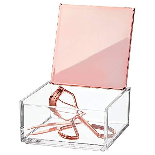 mDesign Caja de maquillaje pequeña con tapa – Organizador de cosméticos para baño y tocador – Cajas de plástico transparente para organizar maquillaje y pintalabios – transparente y dorado roj