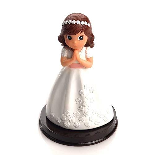 Figura tarta niña Comunión con vestido blanco con flores en relieve en blanco. Recuerdo pastel Primera Comunión chica.