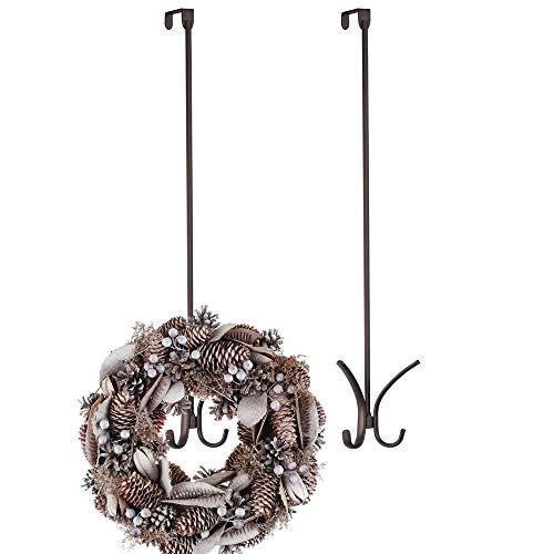 mDesign 2er-Set Türhaken aus Metall – Türkranz-Haken ohne Bohren perfekt für Türdeko – 61 cm Lange Halterung zum Über-die-Tür-Hängen für Weihnachtskranz oder Weihnachtssocken – bronzefarben