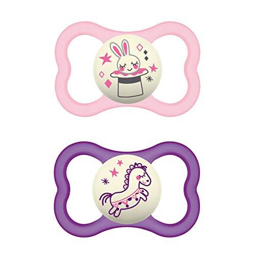 MAM Air Night Silikon Schnuller im 2er-Set, zahnfreundlicher und leuchtender Baby Schnuller, extra leichtes und luftiges Schilddesign mit Schnullerbox, 6-16 Monate, Hase/Pferd