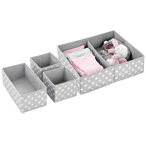 mDesign Juego de 4 cajas organizadoras para armarios – Ideales organizadores para cajones con varios apartados para habitación infantil – Versátiles cestas de tela en 3 tamaños – gris y blanco
