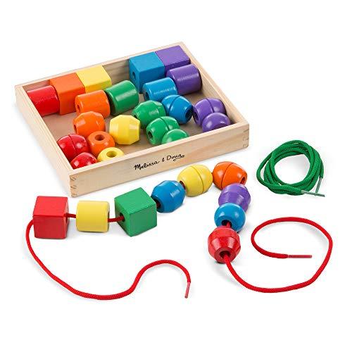 30 perline in legno di colori brillanti e di varie forme 2 stringhe colorate incluse Include una scatola in legno per contenere il tutto In legno solido Promuove la coordinazione oculo-manuale e le abilita' motorie fini