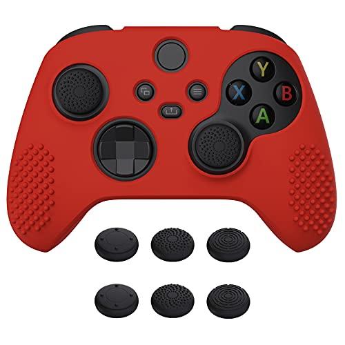 eXtremeRate PlayVital Funda de Silicona para Xbox Series X S Protector Tacto Suave Carcasa Antideslizante con 6 Tapas de Joysitcks Funda de Goma para Mando Xbox Series S X(3D Tachonado-Rojo Pa