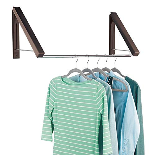 mDesign Perchero de pared extensible para lavadero o dormitorio – Colgador de ropa de metal para las prendas de la tintorería – Perchero organizador con barra para colgar perchas – marrón oscuro