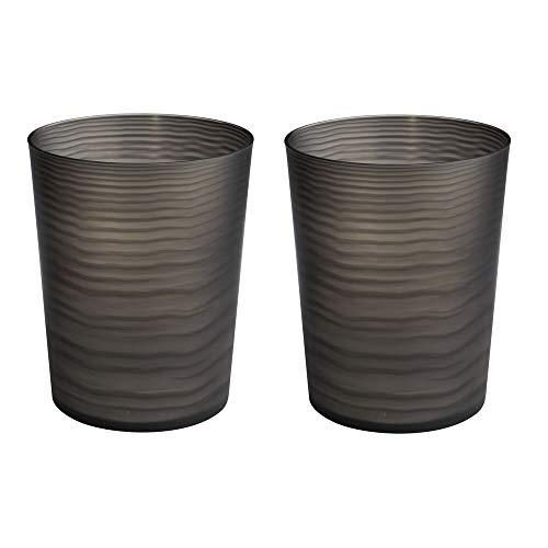 mDesign Juego de 2 papeleras de baño de plástico – Elegantes cubos de basura para cocinas, baños y oficinas – Papeleras pequeñas con diseño de olas para basura, papeles, etc. – negro mate