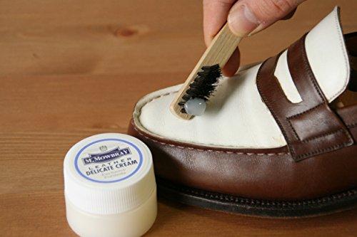 お肌のお手入れと同様に、革靴のお手入れも保湿がマスト。靴用クリームを革靴の表面に塗り込むことで油分を与え、艶のある革に仕上がります。