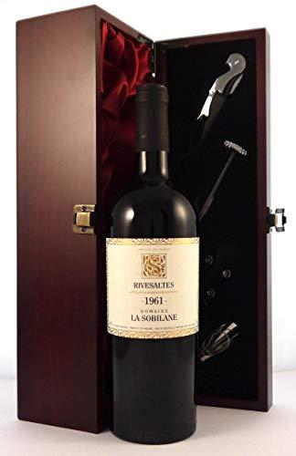 Domaine La Sobilane 1961 Rivesaltes in einer mit Seide ausgestatetten Geschenkbox, da zu 4 Weinaccessoires, 1 x 750ml