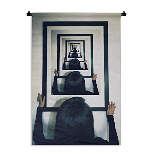 Wandkleed Droste Effect – Droste effect van vrouw die foto ophangt Wandkleed katoen 60×90 cm – Wandtapijt met foto