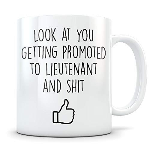 Regalo de promoción de teniente para hombres y mujeres - Taza de café de felicitaciones LT de rangos militares promocionados para el ejército, la marina o la fuerza aérea - Taza divertida de mordaza