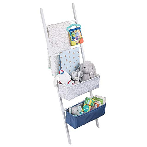 mDesign Ladderrek van bamboe - opvallend opbergsysteem voor de kinderkamer - stijlvolle ladder met haken en opbergdozen voor luiers, handdoeken of crèmes - wit/blauw/grijs