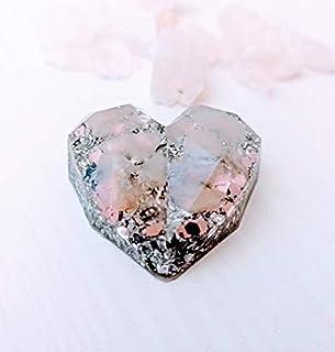 Orgonita de bolsillo en forma de corazon geometrico con virutas de aluminio y Piedra semipreciosa llamada: Cuarzo rosa