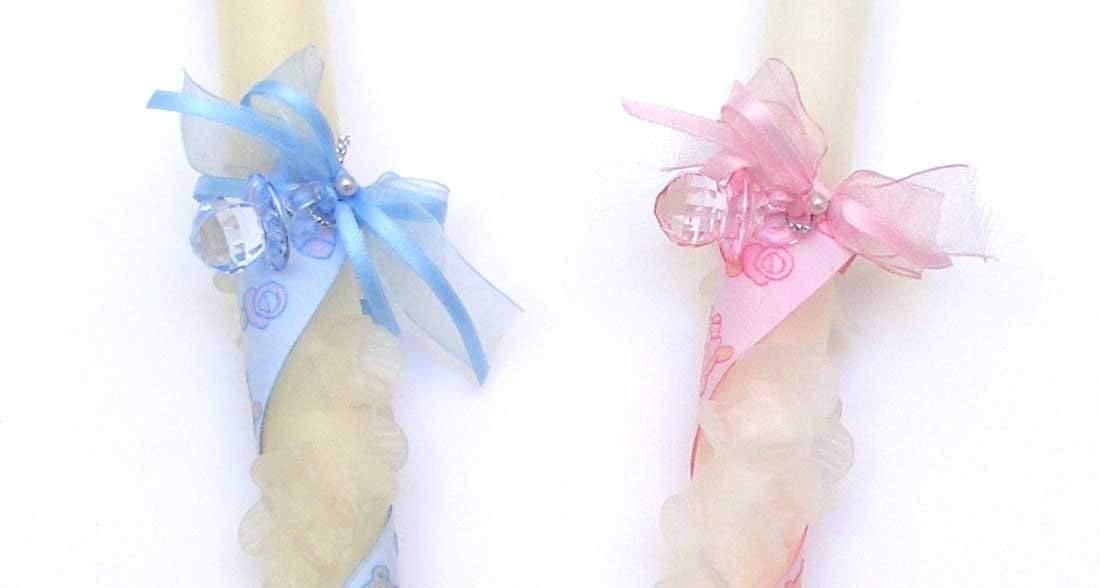 Vela de bautizo -baby01-de 30x2 cm,decorada con flores pinzadas en espiral. Una cinta,dos perlas blancas, un lazo con,chupete, la cinta, lazo y chupete,rosa o azul. La cinta tiene dibujos de cochecitos, cunas,