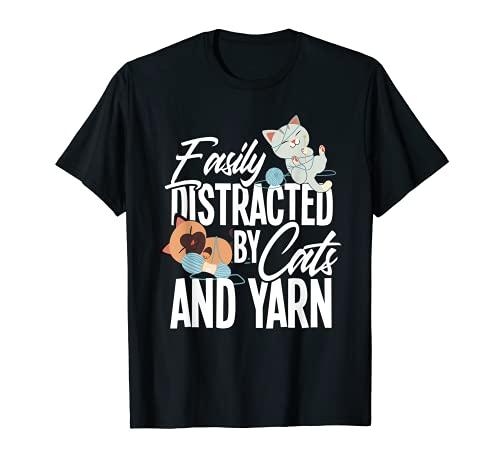 Fácilmente distraído por gatos y hilo divertido regalo de crocheter Camiseta