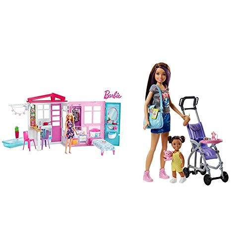 Barbie - Casa amueblada pleglable con Cocina, Piscina, Dormitorio y Lavabo con muñeca Rubia (Mattel FXG55), Embalaje estándar + Muñeca Skipper Hermana de Barbie, niñera de Paseo - (Mattel FJB00)