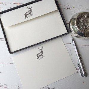 Wagtail ontwerpt Notelets met een Deer/Stag Illustratie in een mooie zwarte doos met lint (Pakket van 20 notelets en enveloppen)