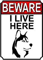 私はここに住んでいることに注意してくださいブリキの看板の壁の装飾金属のポスターレトロなプラークの警告サインオフィスカフェクラブバーの工芸品