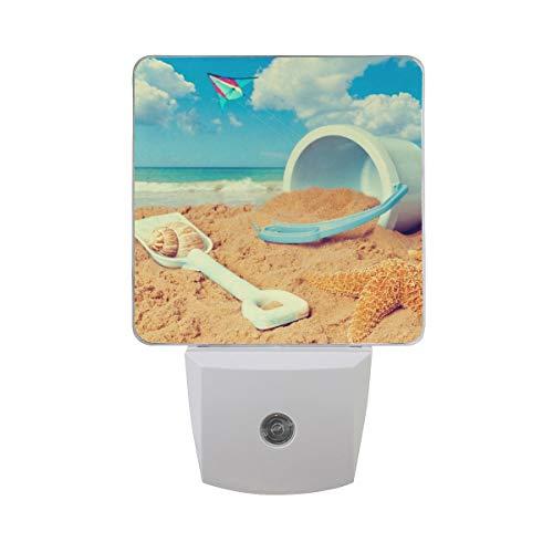 AOTISO Seestern-Muschel mit Eimer-Spaten-Drachen, der auf tropischem Strand fliegt Sommerblauer Ozeanwolkenhimmel Auto-Sensor-Nachtlichtstecker im Innenbereich