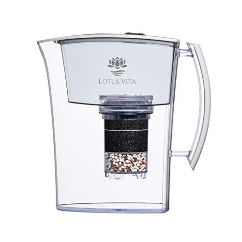 Lotus Vita LOTUS weiß - Wasser Filterkanne mit Kartusche, Reduziert Kalk Chlor Blei aus Leitungswasser durch Aktivkohle Ionentauscher, BPA-frei