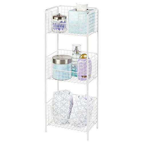 mDesign freistehendes Badregal aus Metall – rostfreies Badezimmer Regal mit 3 Körben für Handtücher, Shampoo und Seife – auch zur Küchenaufbewahrung geeignet – weiß