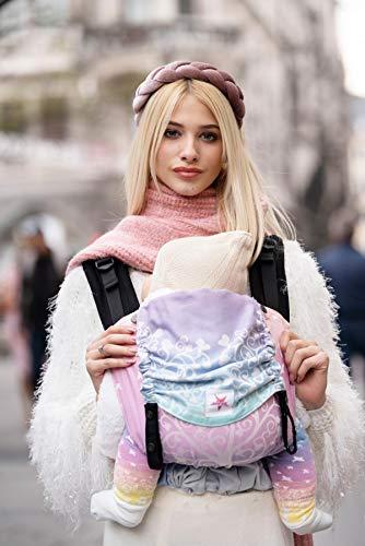 Babytrage: KOKADI® Flip - Marie im Wunderland - Babysize für Neugeborene & Kleinkinder von 3,5 bis 15 kg ✓ Ergonomisch ✓ Mitwachsend ✓ Bio-Baumwolle ✓ GRATIS Transportbeutel