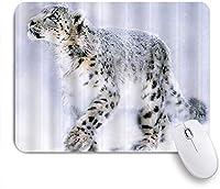 NIESIKKLAマウスパッド 雪の中で採餌する動物のユキヒョウ ゲーミング オフィス最適 高級感 おしゃれ 防水 耐久性が良い 滑り止めゴム底 ゲーミングなど適用 用ノートブックコンピュータマウスマット