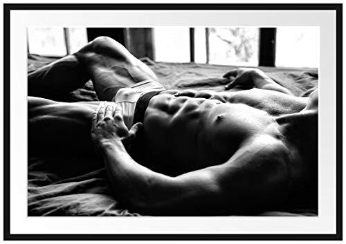 Picati Muskulöser Mann im Bett Kunst B&W Bilderrahmen mit Galerie-Passepartout/Format: 100x70cm / garahmt/hochwertige Leinwandbild Alternative