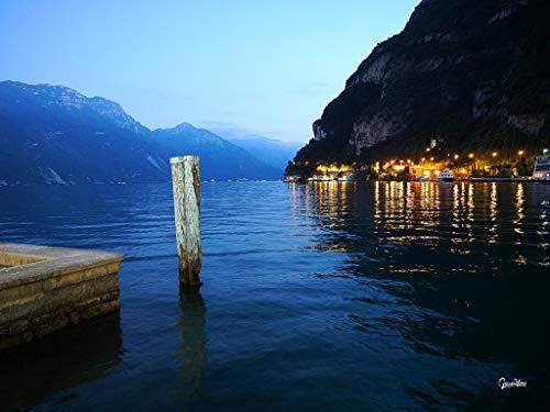 Glücksvilla Gardasee-Riva XXL - Cuadro de pared horizontal en varios tamaños, lienzo y cristal acrílico Gardasee Italia del Sur Tirol Riva puerto Promenade noche arte grande (80 x 60 cm, lienzo 2 cm)