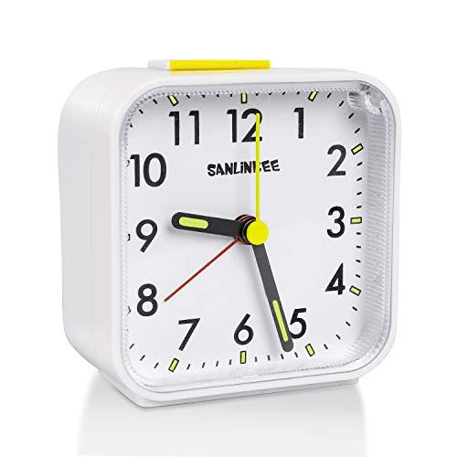 sanlinkee Sveglia Analogica Silenziosa Sveglia da Comodino Senza Ticchettio Portatile da Viaggio Piccola Sveglie con Snooze e Luce, Allarme Sonoro Ascendente Alimentato Batteria Sveglia, Bianco
