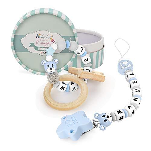 RUBY - Kit 2 piezas, chupetero personalizado con nombre + sonajero mordedor personalizado con nombre, de silicona antibacteriana libre de BPA y madera natural, pack regalo para bebes (Azul Pastel)