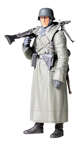 TAMIYA 36306 1:16 WWII Figur Deutscher Soldat m.Mantel u.MG, Modellbausatz,Plastikbausatz, Bausatz zum Zusammenbauen, detaillierte Nachbildung
