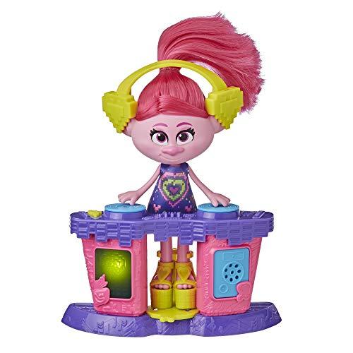 Trolls World Tour - Poppy DJ della Festa (Bambola Fashion con postazione Musicale da DJ con luci e Suoni, Abito, Scarpe e Cuffie)