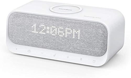Qfeng Speaker, Bluetooth met Alarm Klok, Stereo Geluid, Radio, Wit Geluid, Qi Draadloze Oplader met 7.5W Opladen voor iPhone en 10W voor Samsung