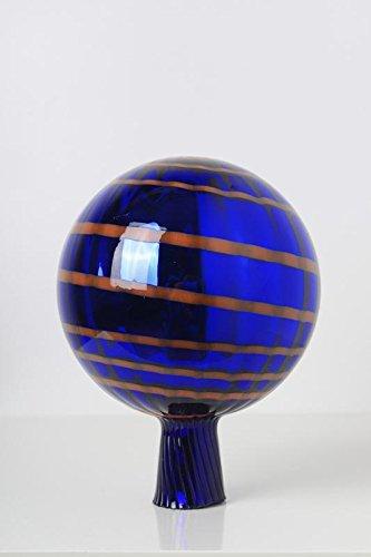 Rosenkugel aus Glas für den Garten mit Stab – handgemachte Garten-Dekoration für Ihr Blumenbeetin vielen Farben, Formen und Größen, Hoche 18cm und Durchschnittlich 12cm, Blau mit Organgen Streifen