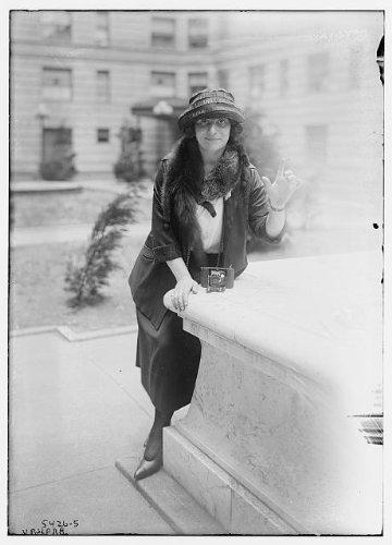 HistoricalFindings Photo: Braslau,Water Fountains,Women,Pools,Outdoors,Cameras,Fur Clothing,Hats,Dresses