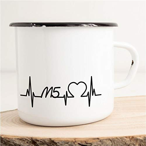HELLWEG DRUCKEREI Emaille Tasse für BMW M5 Fans Herzschlag Puls Geschenk Idee für Frauen und Männer 300ml Retro Vintage Kaffee-Becher Weiß mit Auto-Liebhaber Motiv für Freunde und Kollegen