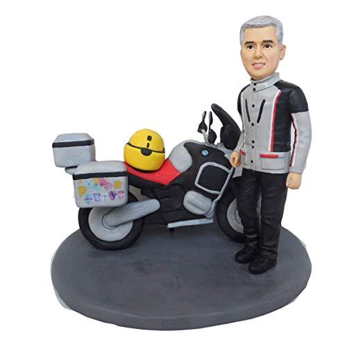 Kuchen, der Mann mit Motorrad und Helm auf Panzergeburtstagskuchendeckel-40. Motorradjubiläumsgeschenkpuppen verziert