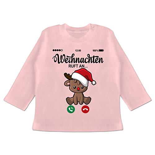 Weihnachten Baby - Weihnachten Ruft an mit süßem Rentier - 18/24 Monate - Babyrosa - Weihnachten - BZ11 - Baby T-Shirt Langarm