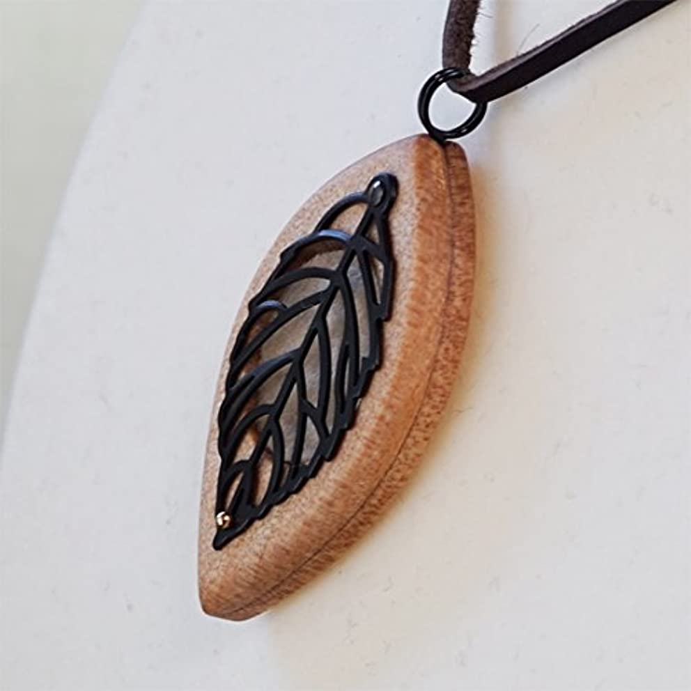 不完全なハンカチ近所の木製オリジナルアロマペンダント 【天使の小瓶】 木の葉(ブラック)