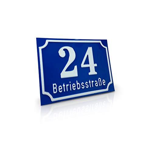 Betriebsausstattung24® Nostalgisches Straßenschild mit Wunschtext | Wegschild o. Hausnummer | geprägtes Aluminiumschild mit Antiqua-Rand (20,0 x 15,0 cm, Blau mit weißer Schrift)