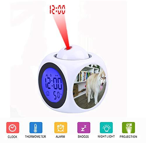 FDC digitale led-projectiewekker in gesprek met spraakthermometer-functie Desktop Copper en White Siberian Husky Puppy op parketvloer