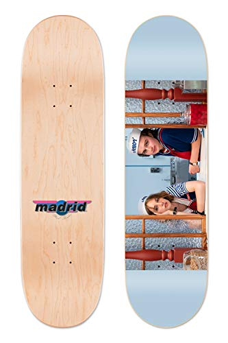 Madrid Skateboards Stranger Things Staffel 3 Scoops Ahoy Maple Street Deck (21,6 x 81,6 cm)