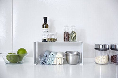 キッチンにあるとなにかと重宝する、山崎実業「TOWER」シリーズのコの字ラック。スタッキングや横並び使用で収納力がアップする、便利で丈夫なキッチンスチール棚です。