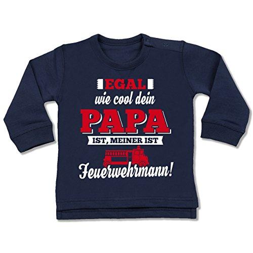 Shirtracer Sprüche Baby - Egal wie Cool Dein Papa meiner ist Feuerwehrmann - 18/24 Monate - Navy Blau - Baby Feuerwehr - BZ31 - Baby Pullover