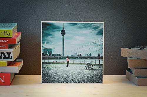 Düsseldorf, Frau mit Rollstuhl, Fernsehturm, Altstadt, Fotografie, Foto auf Holz, im Quadrat, 13 x 13 cm handmade