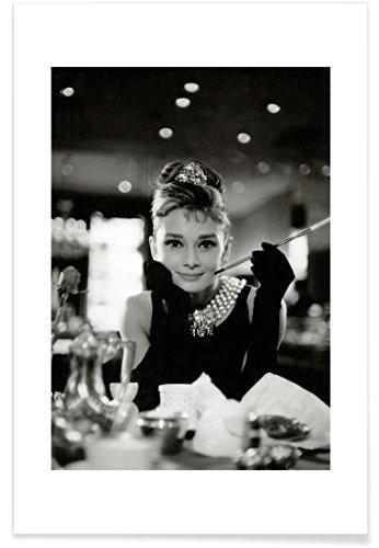 """JUNIQE® Audrey Hepburn Schwarz & Weiß Poster 40x60cm - Design """"Audrey Hepburn in Breakfast at Tiffany's, 1961"""" entworfen von Vintage Photography Archive"""